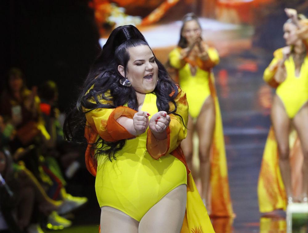 Netta Barzilai, cantora israelense que venceu o Festival Eurovisão da Canção 2018 desfila em maiô do designer israelense Bananhot em Tel Aviv