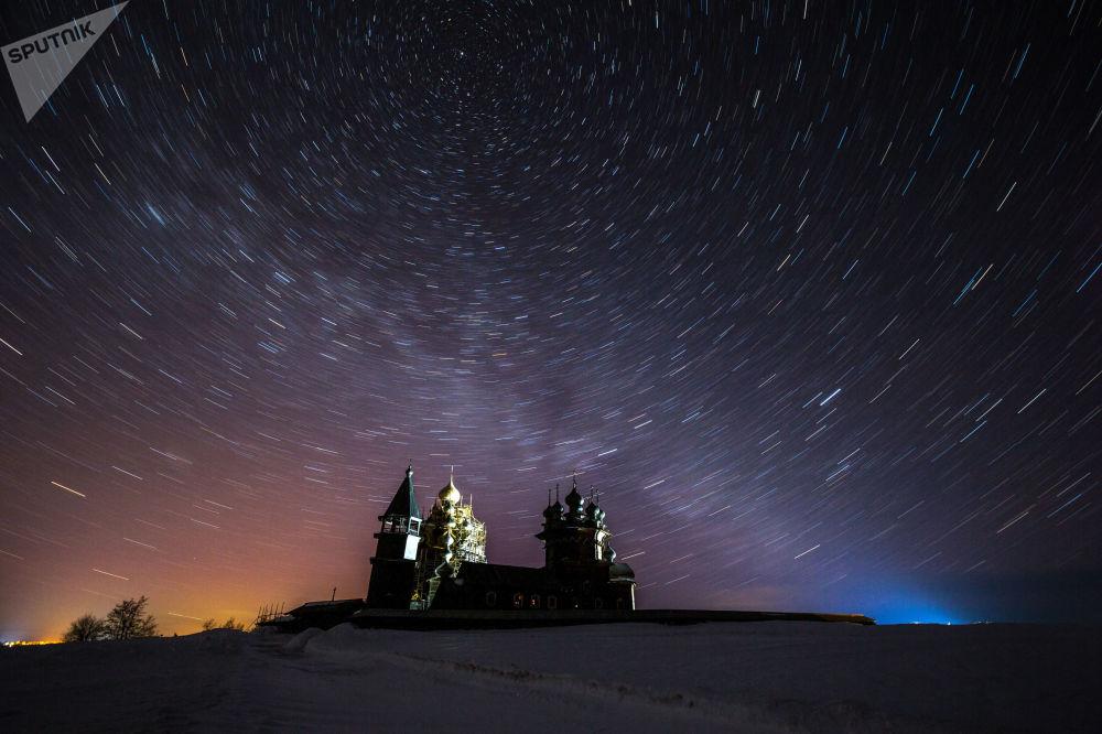 Céu estrelado sobre o museu de arquitetura e história russa em Kizhi, Rússia
