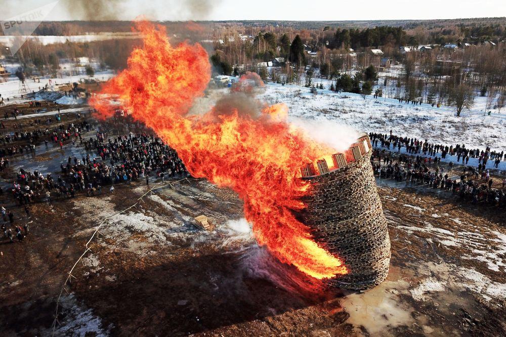 Russos celebram a Maslenitsa, festa tradicional russa ligada ao equinócio de primavera, durante a queima da Bastilha no povoado de Nikola-Lenivets