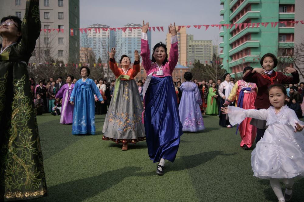Apresentação perto de um centro eleitoral durante as eleições à Assembleia Popular Suprema da República Democrática Popular da Coreia em Pyongyang, em 10 de março de 2019