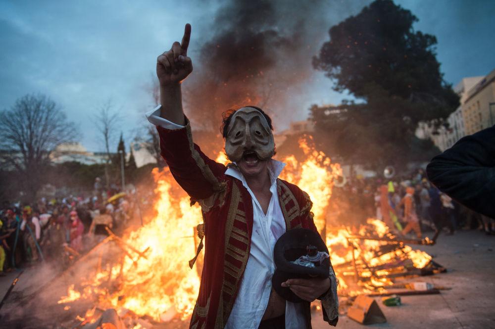 Participante do La Plaine Carnival com máscara do prefeito de Marselha, Jean-Claude Gaudin, na França