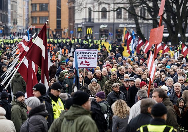 Manifestantes saem às ruas de Riga, na Letônia, em homenagem a veteranos da Waffen-SS.