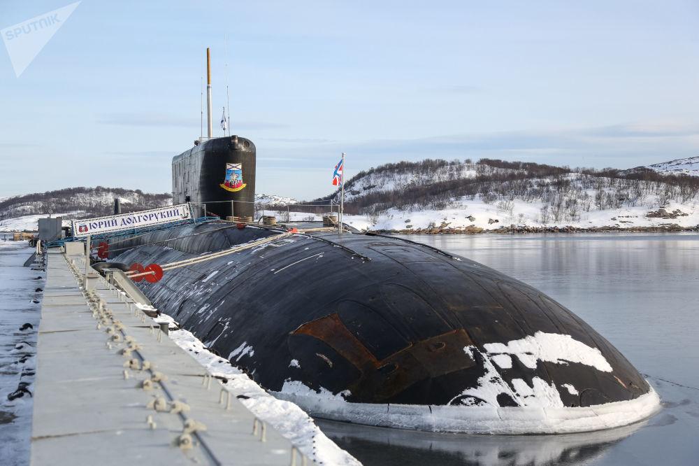 Submarino nuclear K-535 Yuri Dolgoruky, da Frota do Norte da Rússia, atracado no porto de Gadjiyevo