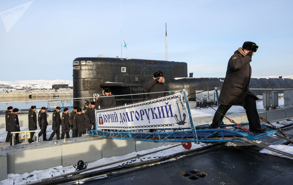 Tripulantes sobem ao convés do submarino K-535 Yuri Dolgoruky em Gadjiyevo