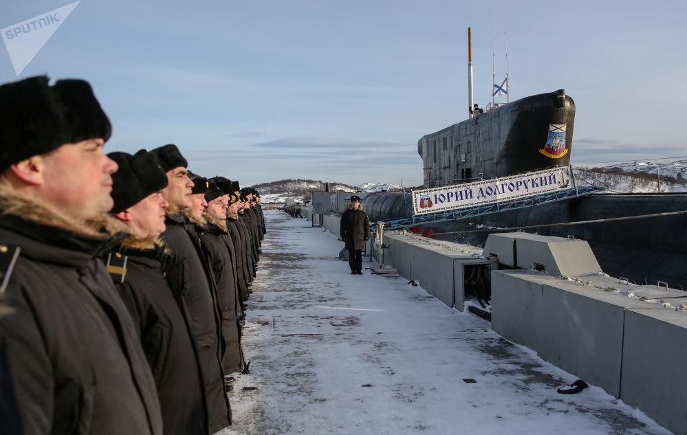 Tripulantes do submarino K-535 Yuri Dolgoruky alinhados no amarradouro da cidade russa de Gadjiyevo
