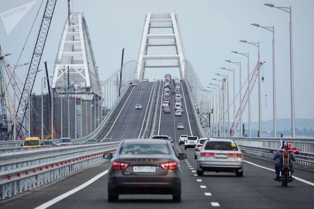 Carros se locomovem pela Ponte da Crimeia