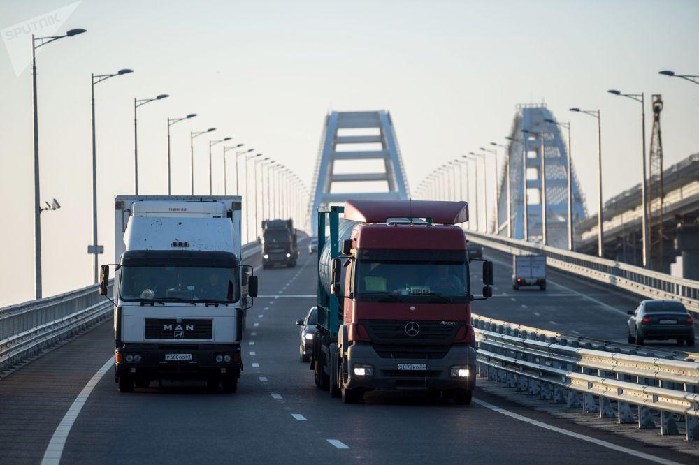 Caminhões passam pela parte rodoviária da Ponte da Crimeia