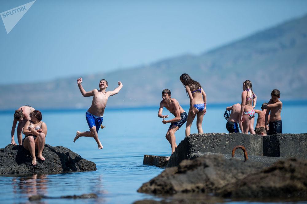 Turistas relaxam em uma das praias da Crimeia