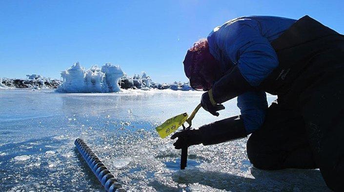 Investigadores da Universidade de Chicago analisam gelo na Antártica