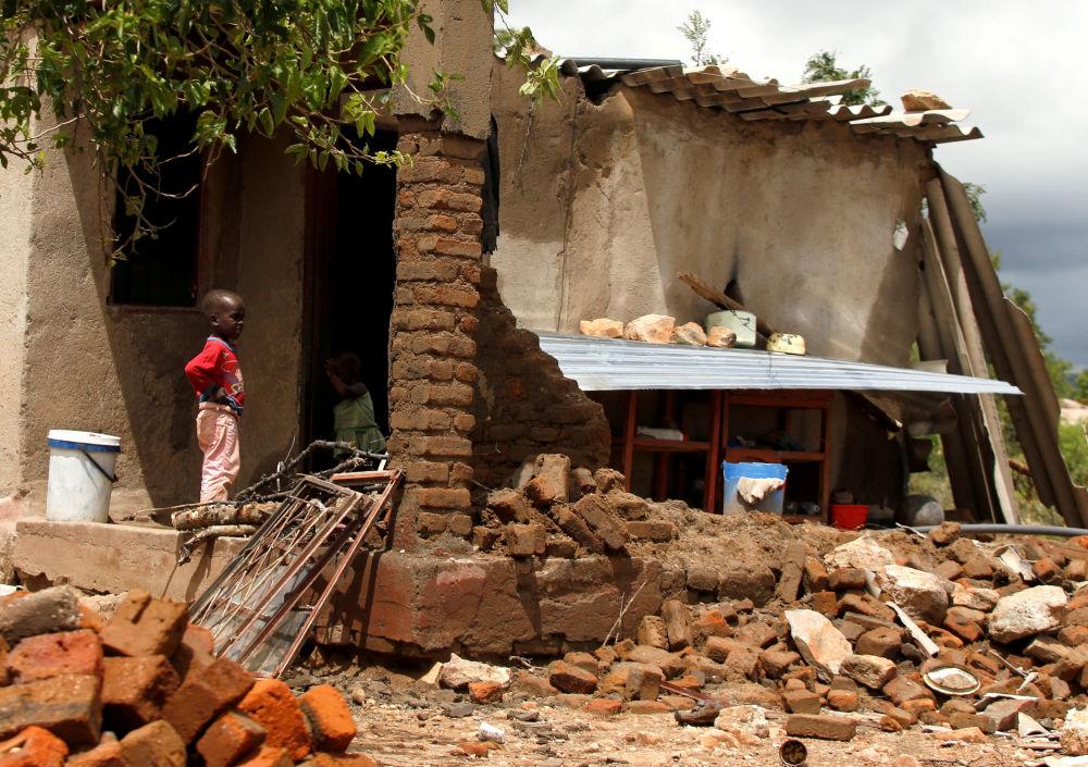 Um menino perto de casa destruída pelo ciclone tropical Idai em Zimbabué
