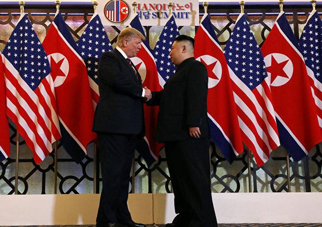 O presidente dos EUA, Donald Trump, e o líder norte-coreano, Kim Jong Un, apertam as mãos antes do bate-papo individual durante a segunda cúpula dos EUA e da Coréia do Norte no Metropole Hotel, em Hanói.