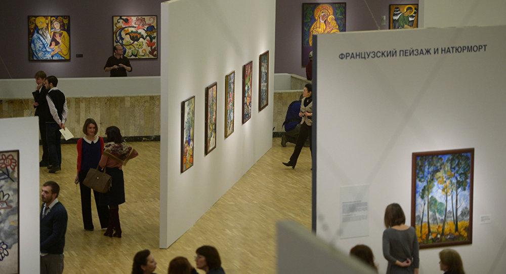 Visitantes da Galeria Tretyakov em Moscou
