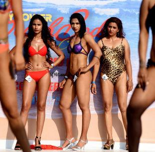Modelos de fitness indianas se apresentam no desfile Body Power Beach Show em Goa, Índia