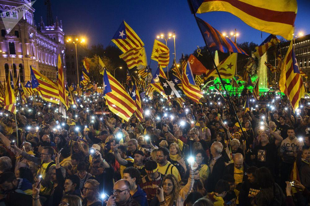 Manifestantes participam em ação em apoio da independência da Catalunha em Madri