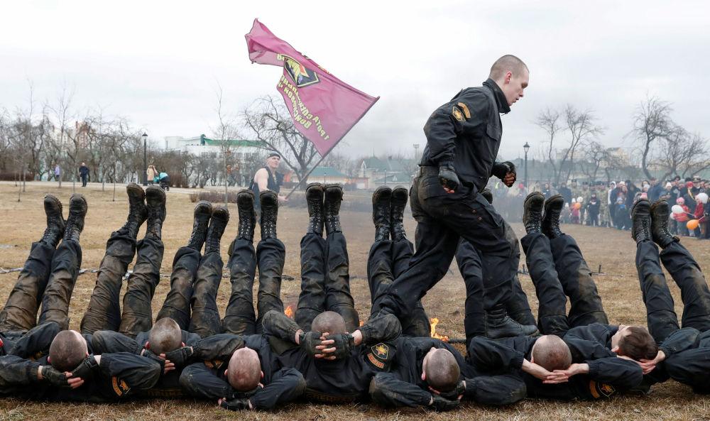 Militares bielorrussos celebram o Dia das Tropas do Ministério do Interior, em Minsk