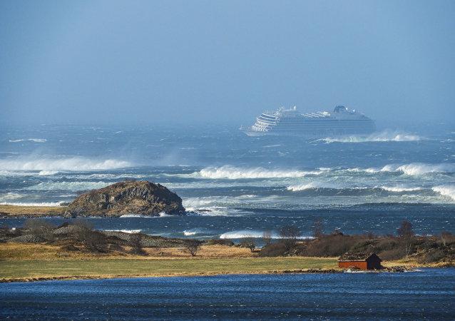 O navio de cruzeiro Viking Sky perto da costa oeste da Noruega, em Hustadvika, em 23 de março de 2019