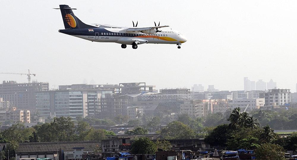Um avião ATR da Jet Airways se prepara para pousar