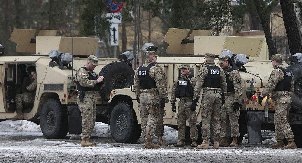 Veículos do Exército dos EUA atravessam a fronteira polonesa em Olszyna a caminho da nova base em Zagan, 12 de janeiro 2017