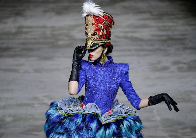 Modelo apresenta a nova coleção de Hu Sheguang durante a Semana de Moda em Pequim