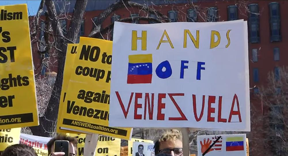 Manifestantes em Washington, DC, durante protesto contra a postura ameaçadora dos EUA em relação à Venezuela