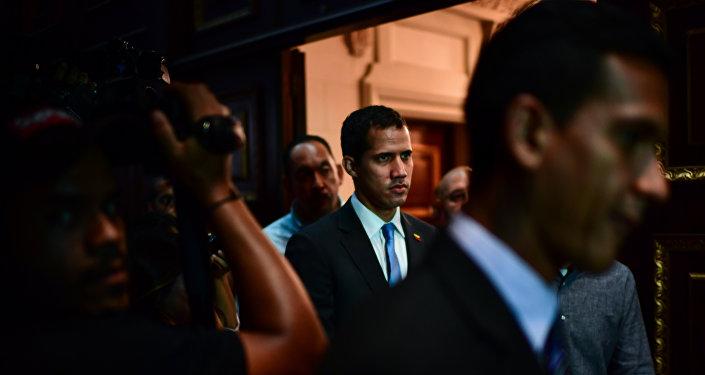 Líder da oposição venezuelana e autoproclamado presidente interino, Juan Guaidó, chega à Assembleia Nacional venezuelana em Caracas, 11 de março de 2019
