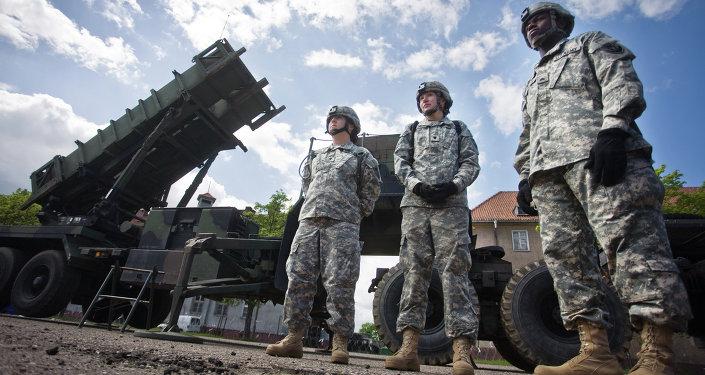 Soldados dos EUA  na frente da bateria de mísseis Patriot