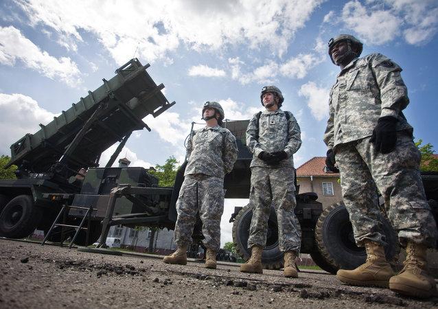 Soldados norte-americanos perante uma bateria do sistema norte-americano de defesa aérea Patriot (foto de arquivo)
