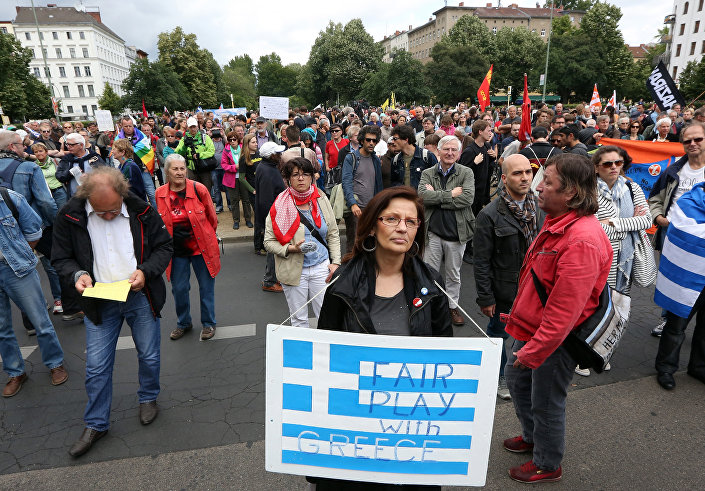 Uma manifestante segura um cartaz dizendo Fair play (jogo limpo) com a Grécia durante uma manifestação em apoio à Grécia em Berlim.
