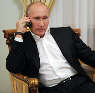 O presidente russo, Vladimir Putin, fala ao líder francês, François Hollande, e à alemã, Angela Merkel