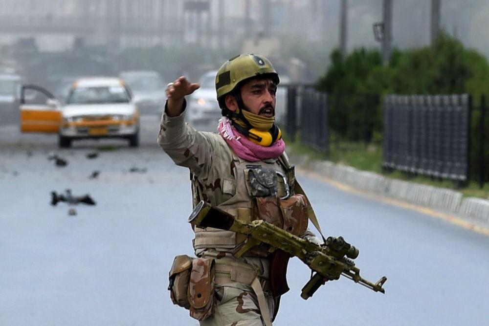 Militar afegão ao lado do parlamento em Cabul