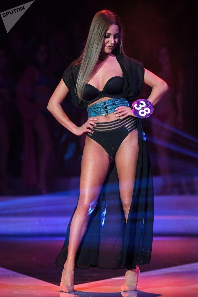 Kseniya Klevtsova posa na passarela durante a etapa final do concurso de beleza Miss Internacional Mini 2019 em Moscou