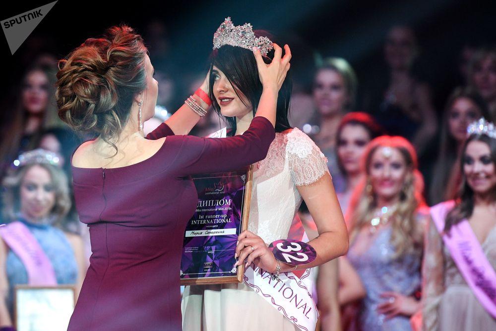 A primeira-vice-miss do concurso Miss Internacional Mini 2019, Maria Samarkina, recebe coroa durante cerimônia de premiação em Moscou