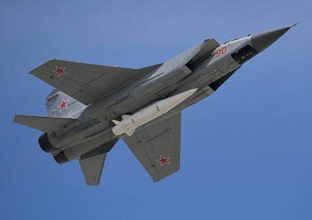 Caça MiG-31 armado con o míssil hipersônico Kinzhal