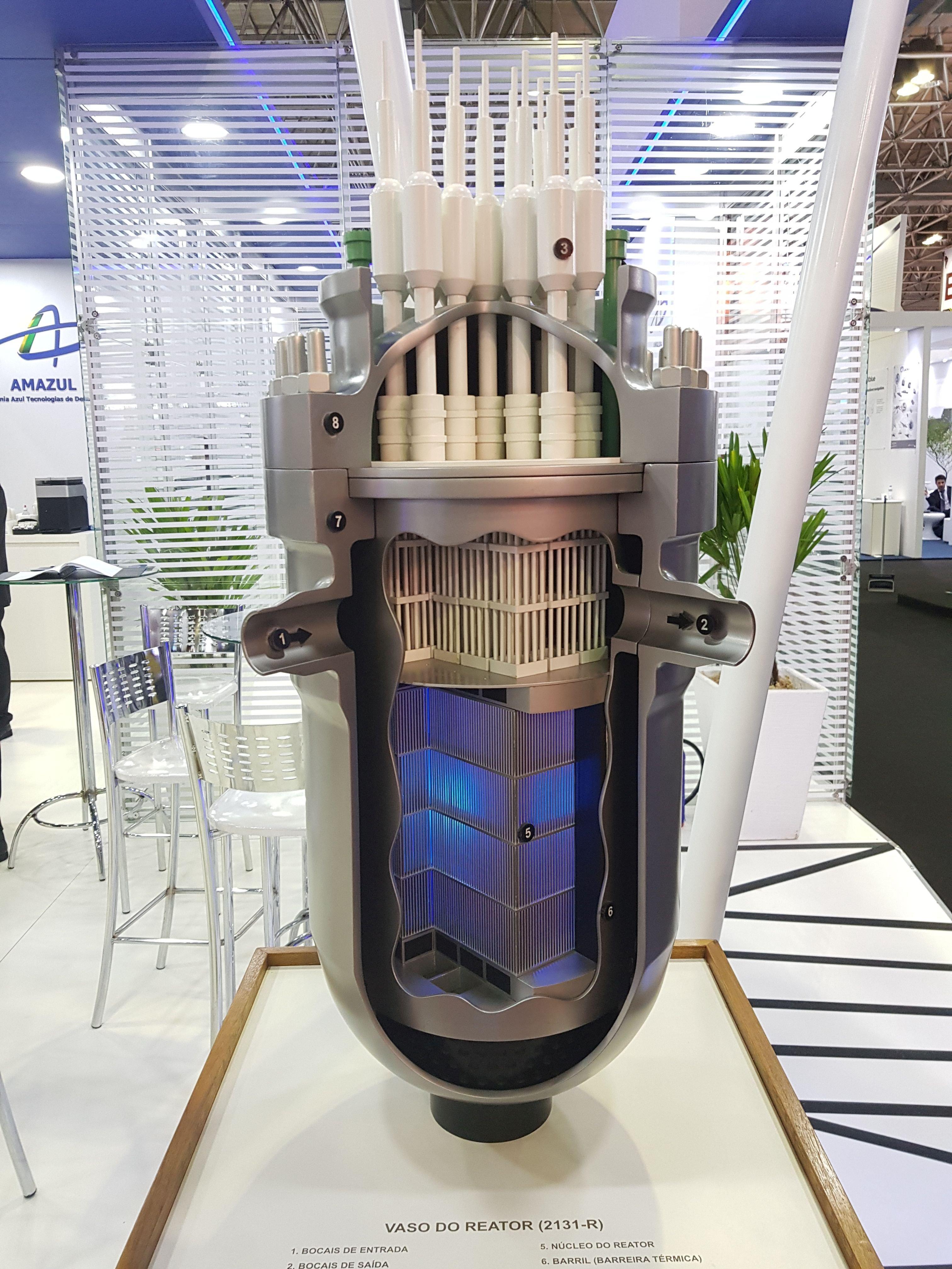 Maquete exibida na LAAD 2019 do modelo de reator que será o propulsor do SN Álvaro Alberto, o primeiro submarino nuclear do Brasil