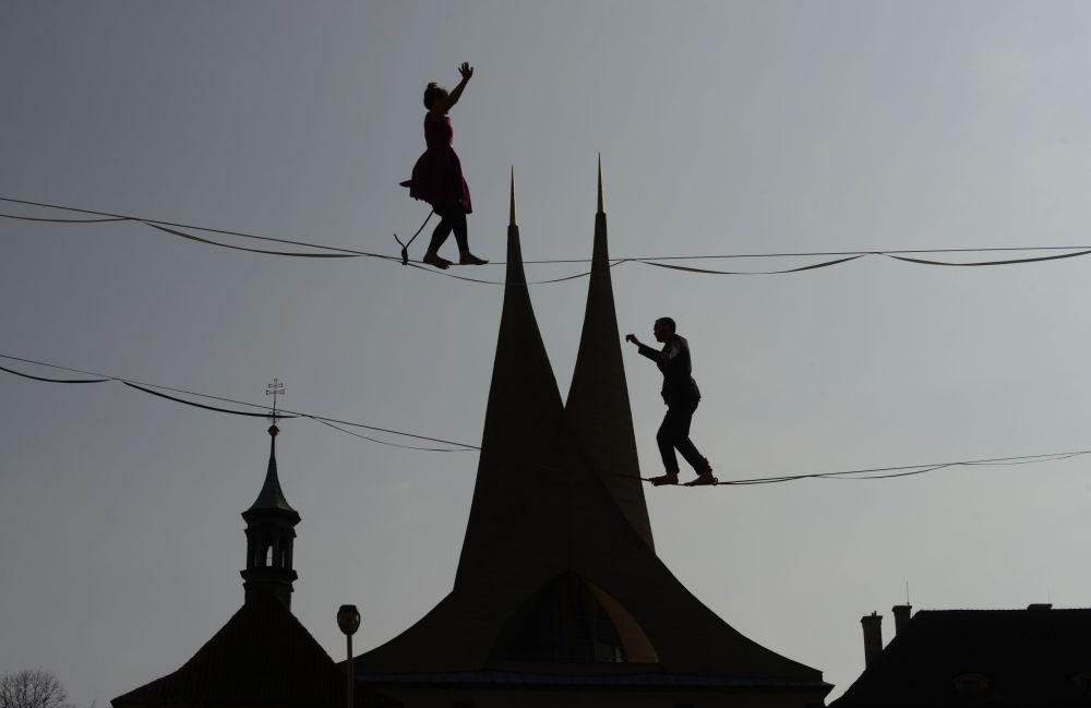 Funambulistas caminham sobre corda bamba na República Tcheca