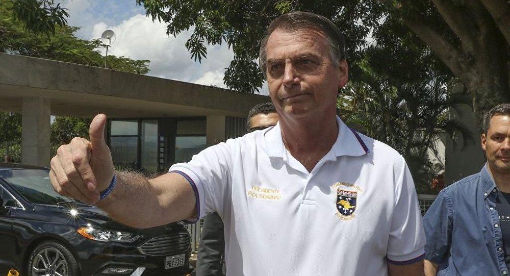 Presidente Bolsonaro posa para fotos na saída do Palácio da Alvorada
