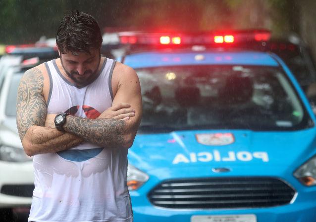 Homem em área de deslizamento no Rio de Janeiro