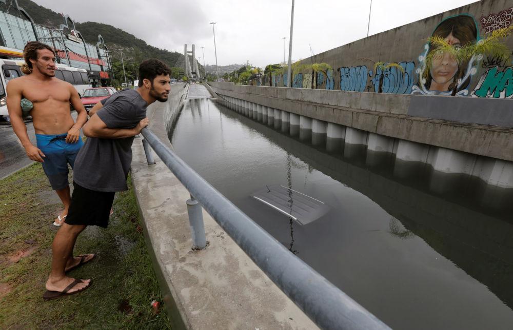 Carro é visto debaixo d'água em um túnel para automóveis no Rio de Janeiro