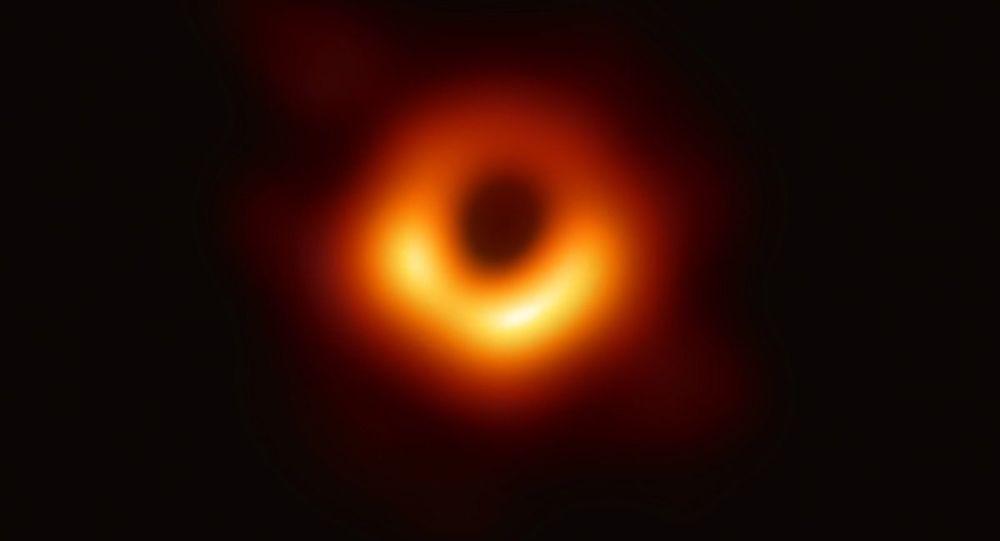 Imagem do buraco negro no centro da galáxia M87, captada pelo projeto Event Horizon Telescope (Telescópio de Horizonte de Eventos)