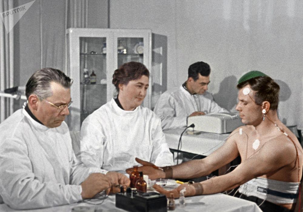 O cosmonauta Yuri Gagarin recebe consulta médica antes de voar para o espaço. Sequência do documentário O primeiro voo às estrelas do diretor cinematográfico Igor Gostev