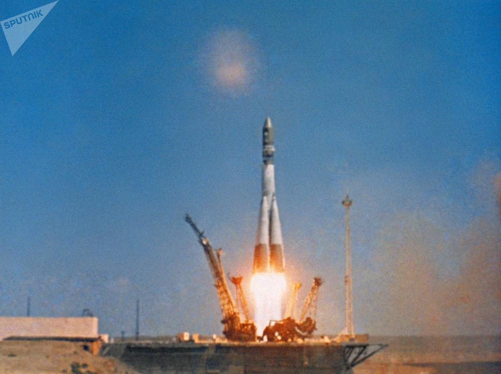 Lançamento do foguete portador Vostok com a nave espacial Vostok-1, a bordo da qual o cosmonauta soviético Yuri Gagarin se tornou o primeiro homem a viajar no espaço. Cena de documentário