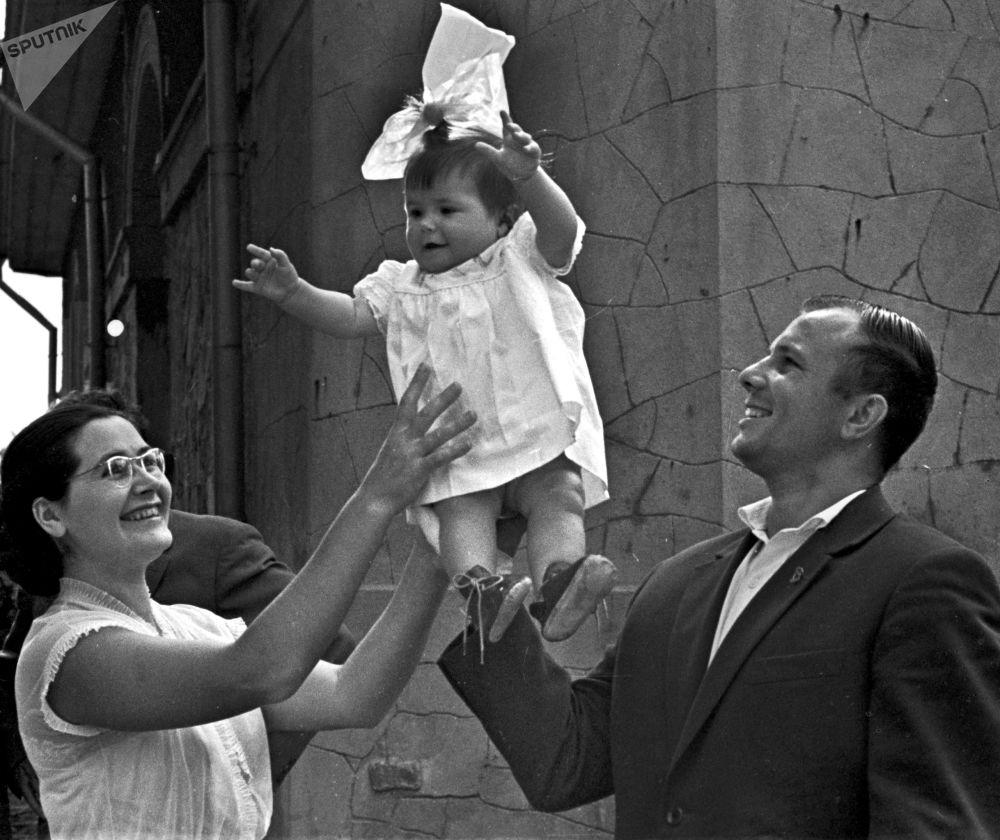 Yuri Gagarin é fotografado junto com esposa Valentina e filha Galya durante férias na Crimeia