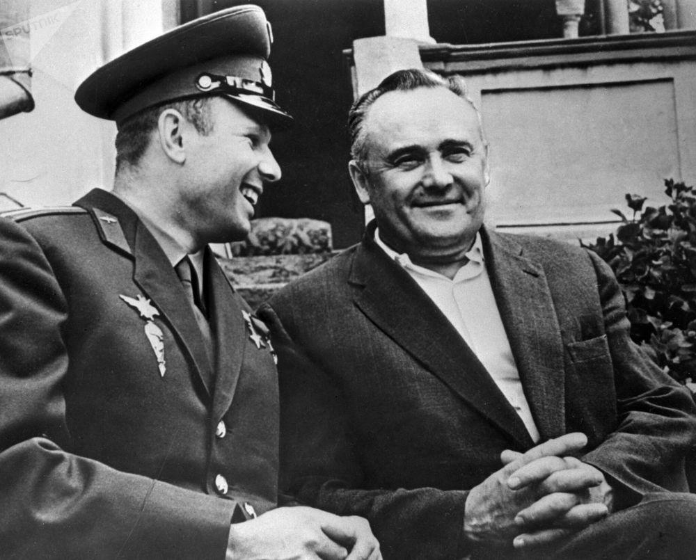 Cosmonauta Yuri Gagarin e engenheiro-chefe de foguetes e naves, Sergei Korolev, conversam após realização bem-sucedida do primeiro voo espacial