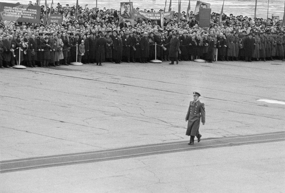 A cerimônia solene de encontro do herói cosmonauta Yuri Gagarin no aeródromo em Moscou