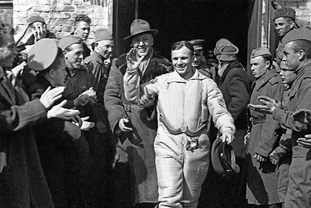 O público cumprimenta o primeiro cosmonauta Yuri Gagarin após aterrissar na Terra