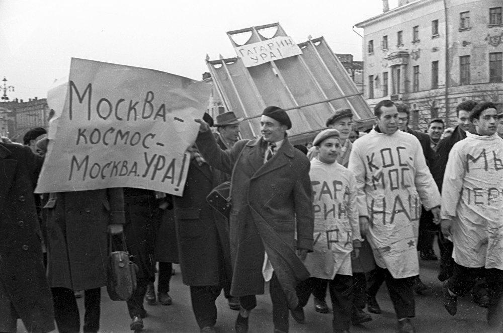 Estudantes de medicina participam de passeata para celebrar o voo de Yuri Gagarin para a órbita terrestre