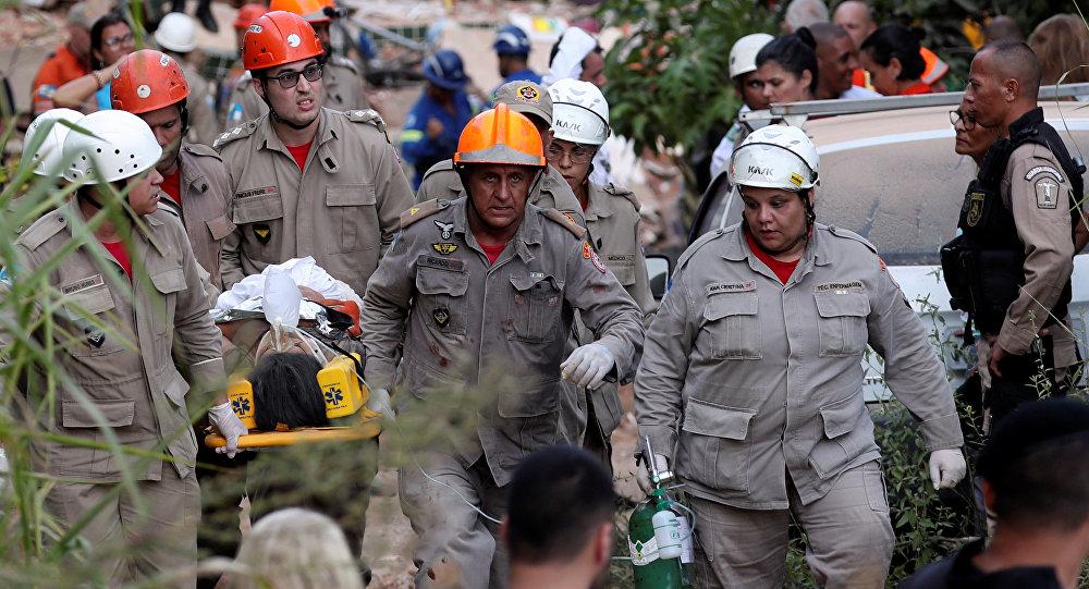 Bombeiros retiram pessoa de escombros no Rio de Janeiro