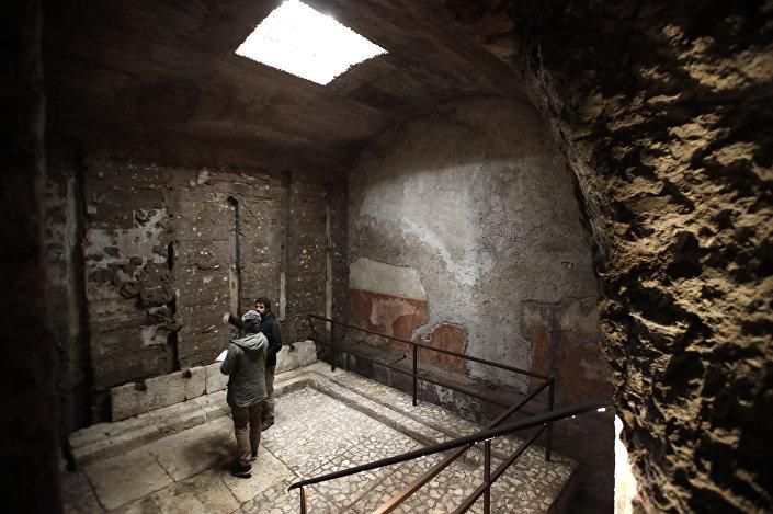 Pessoas entram na Domus Transitoria, o primeiro palácio do imperador romano Nero