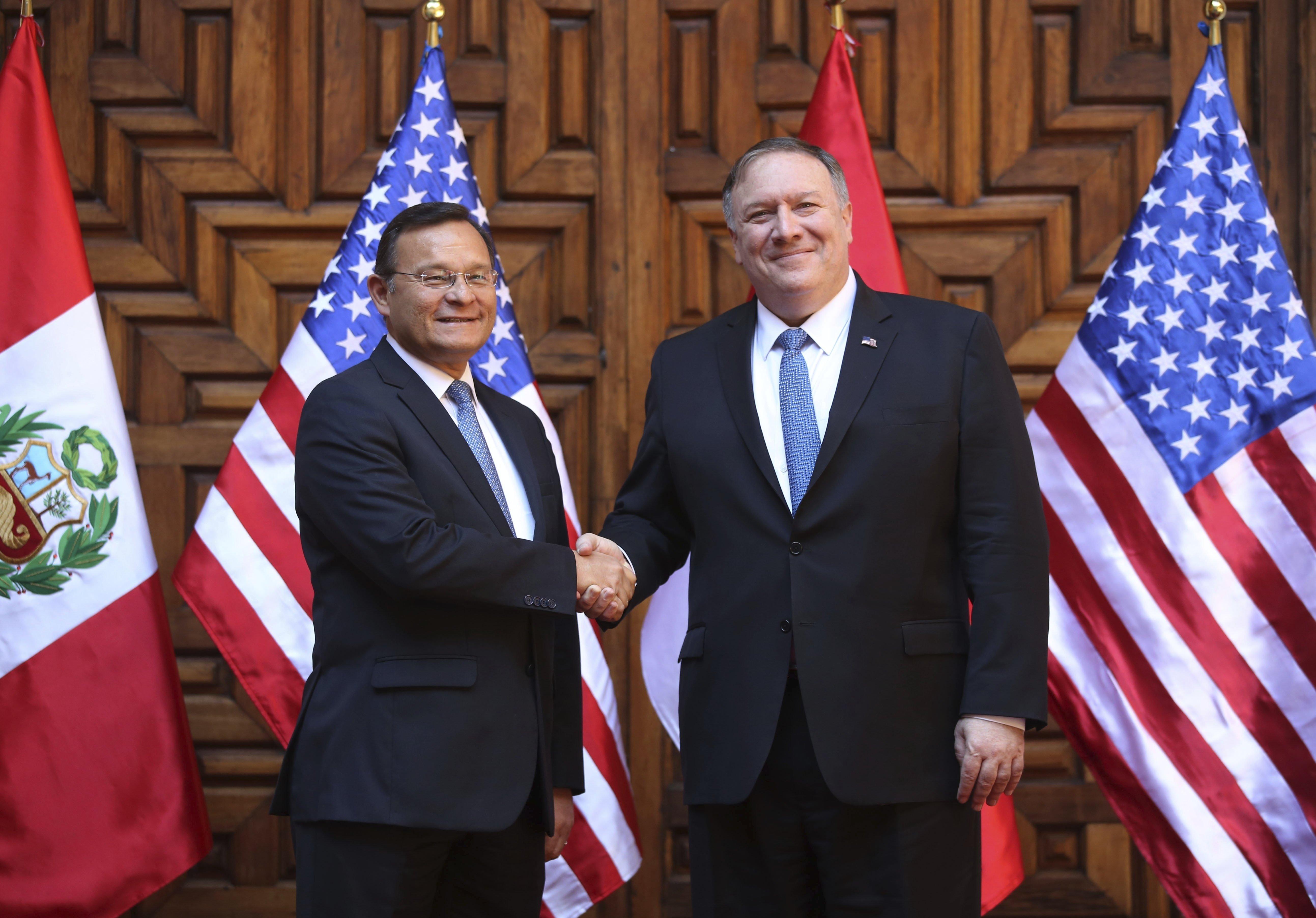 O ministro de Relações Exteriores do Peru, Nestor Popolizio (à esquerda), e o secretário de Estado dos EUA, Mike Pompeo (à direita) durante encontro em Lima, capital peruana, no sábado, 13 de abril de 2019.