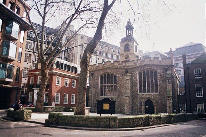 Local atualmente ocupado por edifício de escritórios ao lado da Igreja de Santa Helena, em Londres, Inglaterra